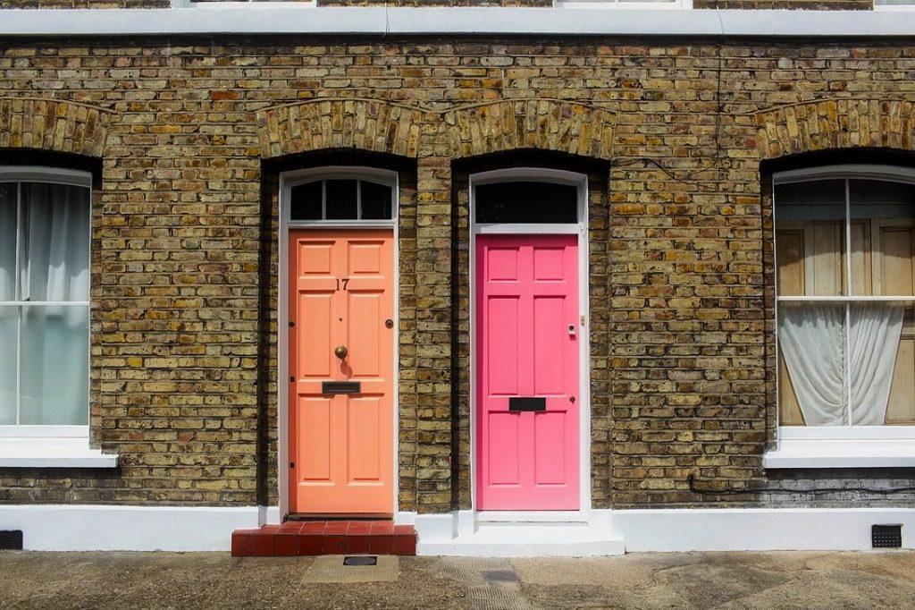porte colorate di due abitazioni attigue