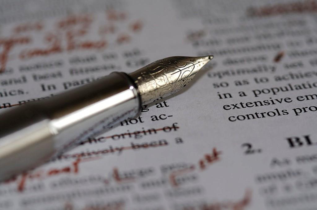 penna e foglio con correzioni