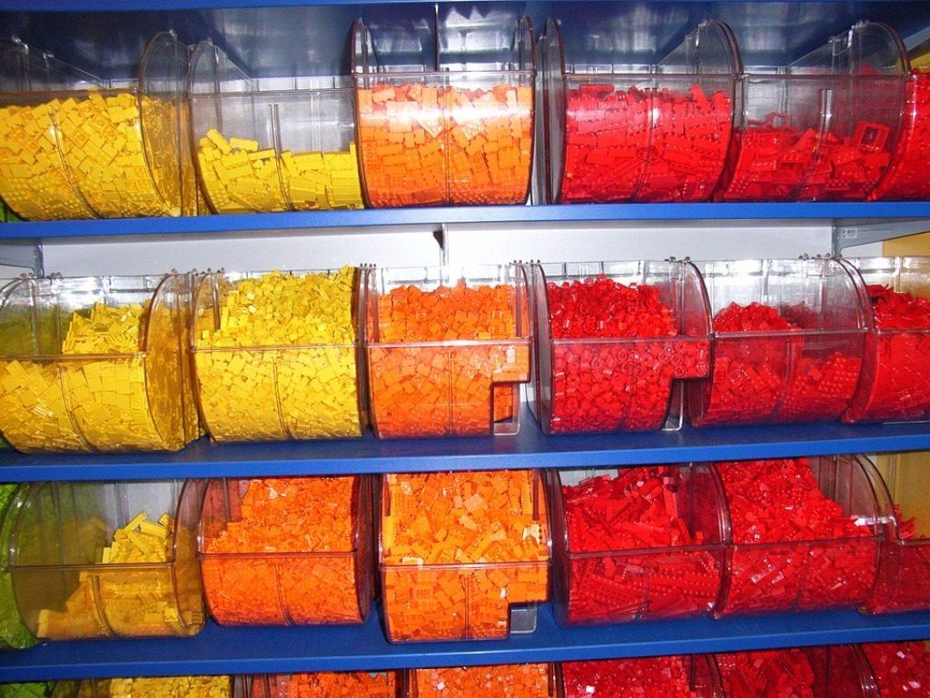 distributori di mattoncini lego gialli e arancioni
