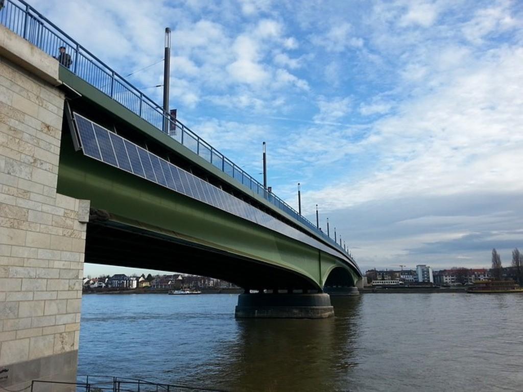 ponte con pannelli solari