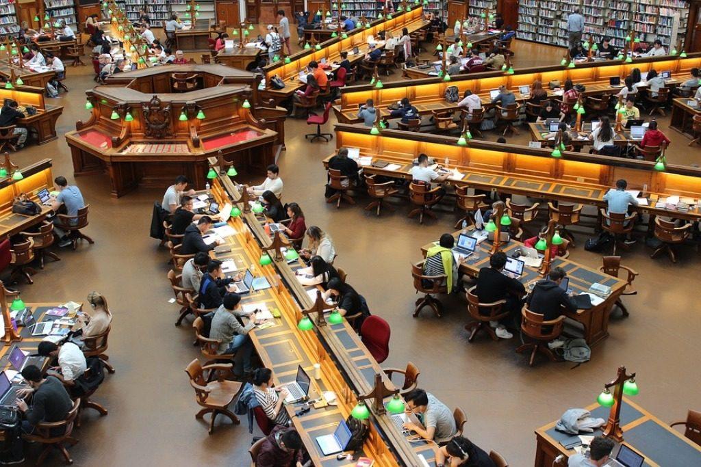 sala lettura di una biblioteca