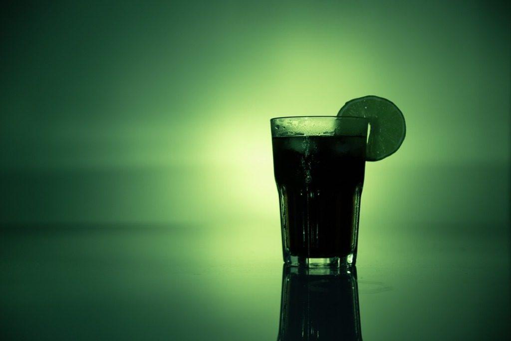 cocktail verde su sfondo verde