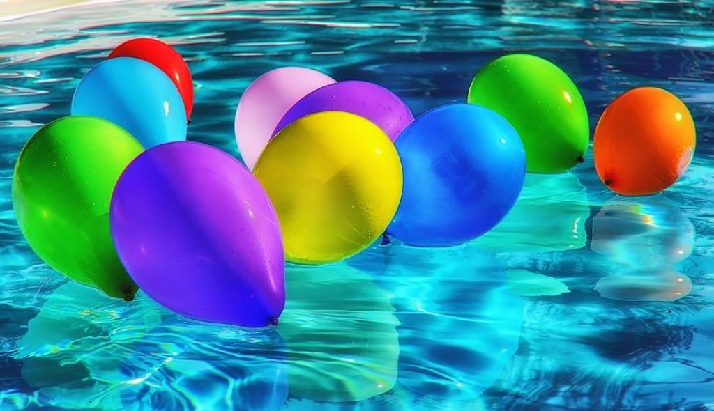 palloncini colorati sull'acqua di una piscina