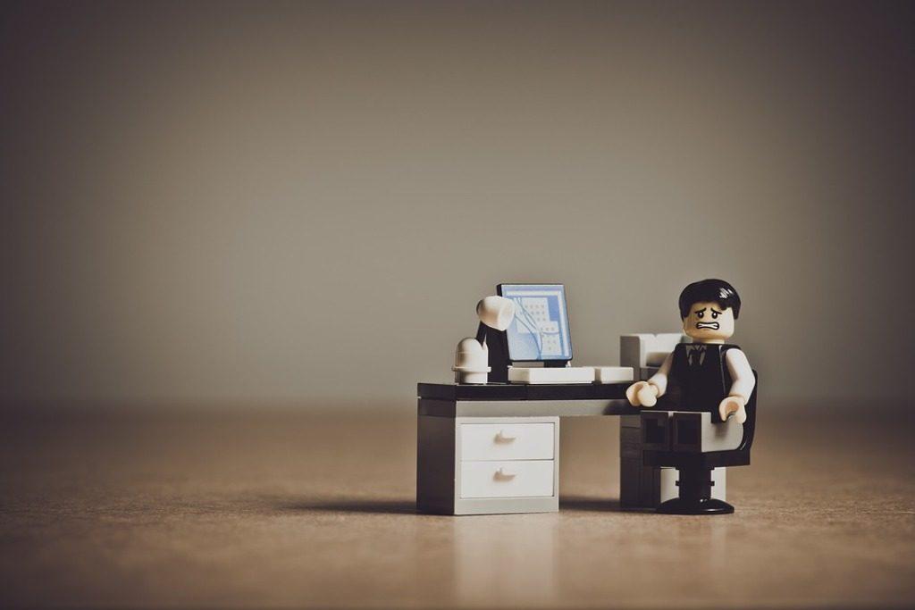 pupazzetto alla scrivania