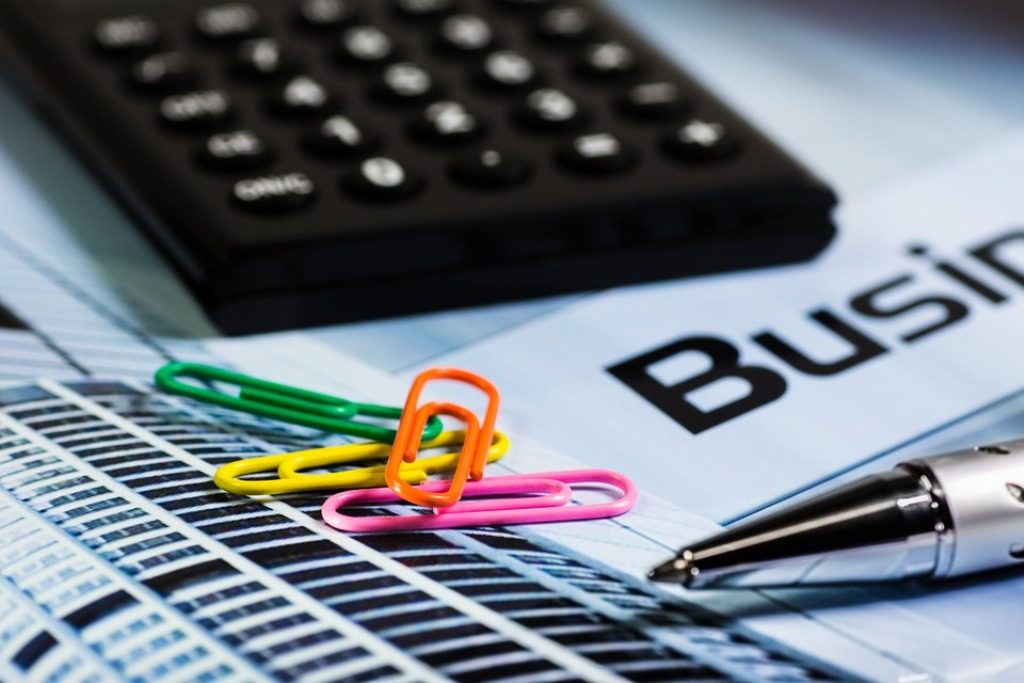 calcolatrice, penna, graffette colorate,