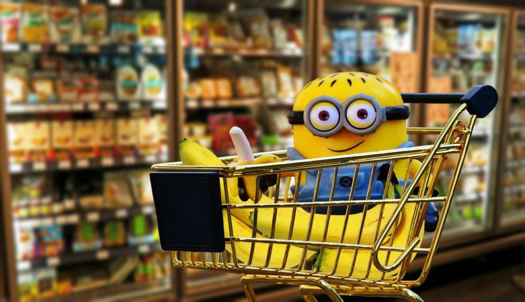 minion in una carrello del supermercato con una banana