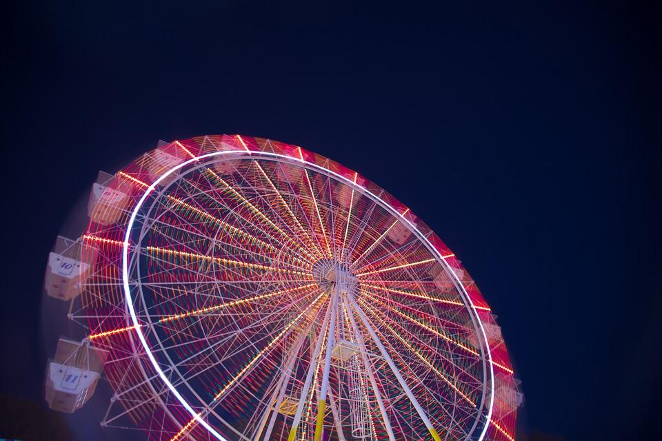 ruota panoramica illuminata di notte
