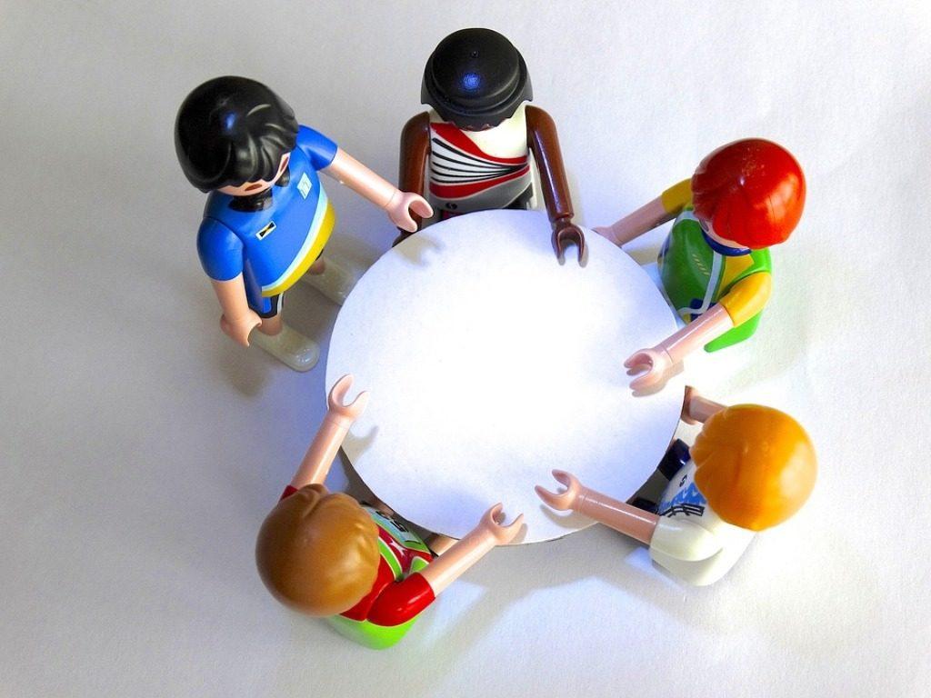 pupazzetti playmobil seduti intorno a un tavolo