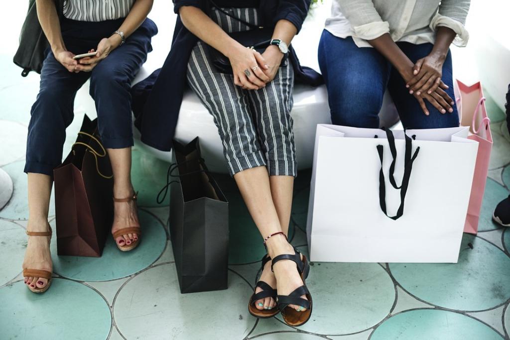 gambe di ragazze con pacchetti spesa