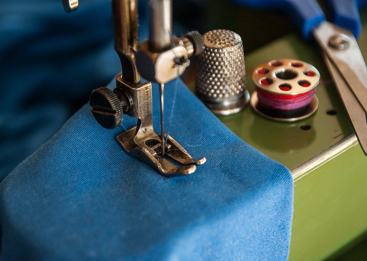 cucitura su stoffa azzurra con macchina da cucire