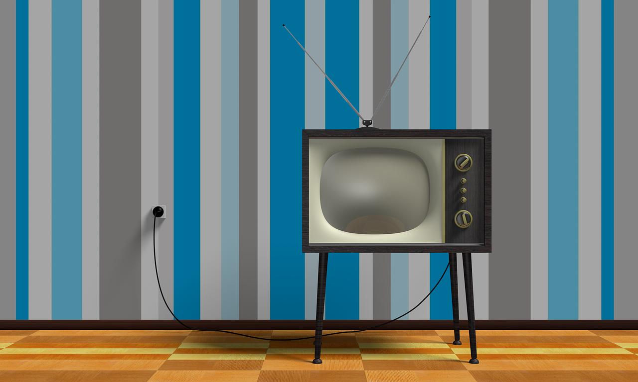 tv anni 70 con sfondo carta parati a righe