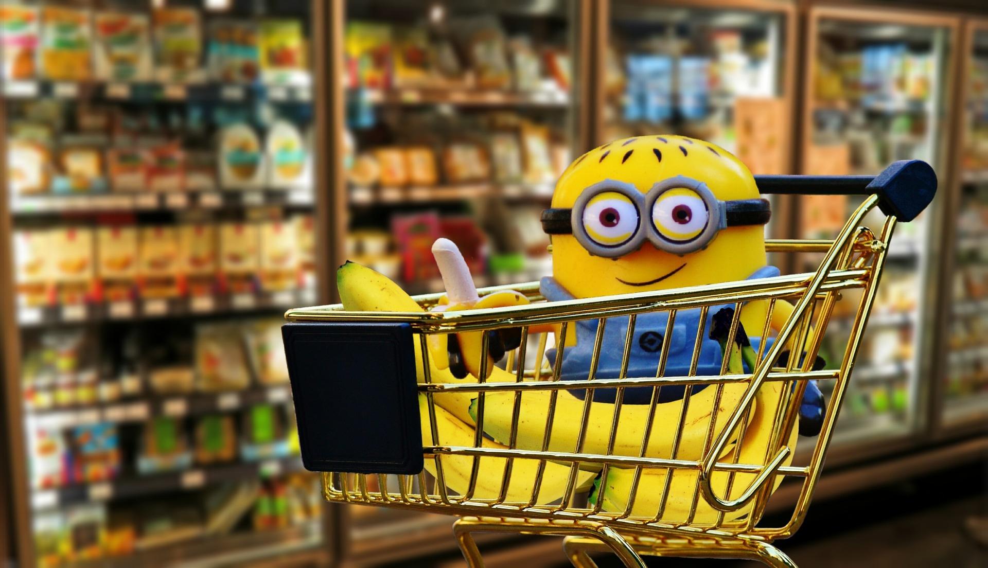 minion in un carrello del supermercato