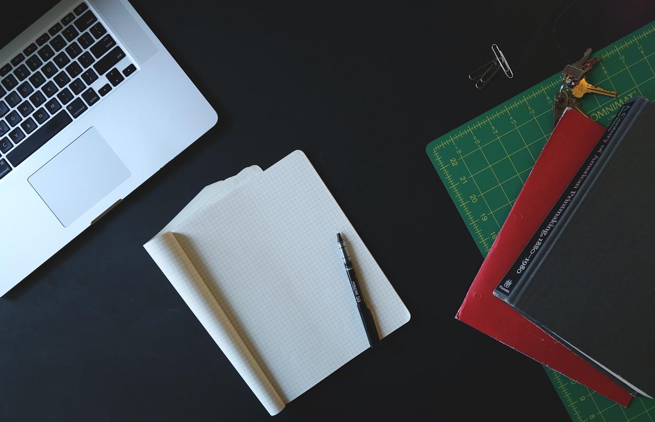 laptop, quaderno appunti, penna