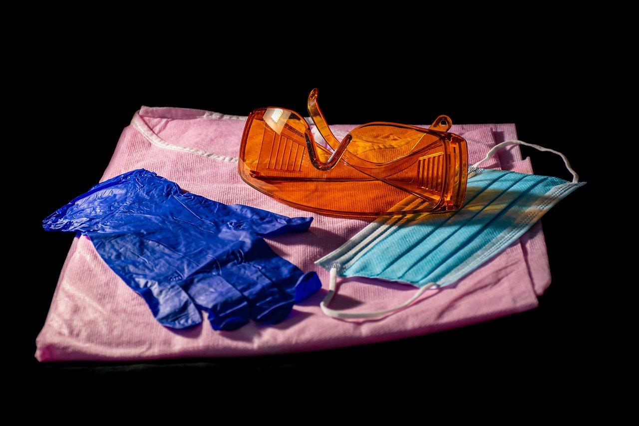 guanti, camice, mascherina, occhiali protettivi