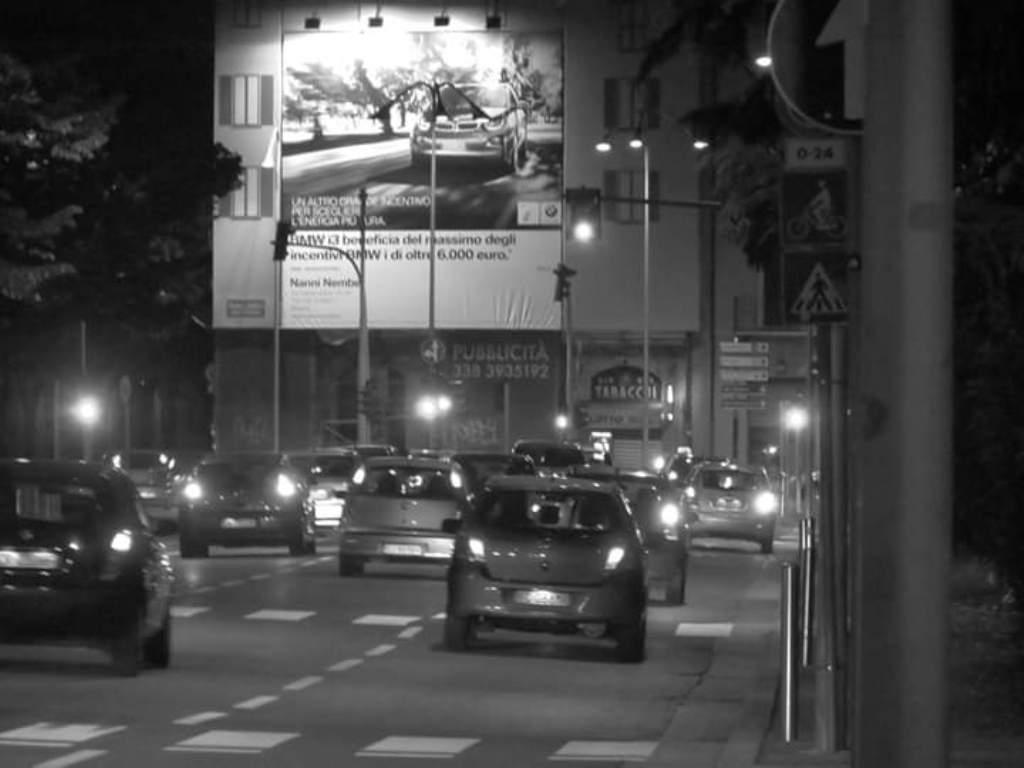 imaggine notturna di strade di Brescia