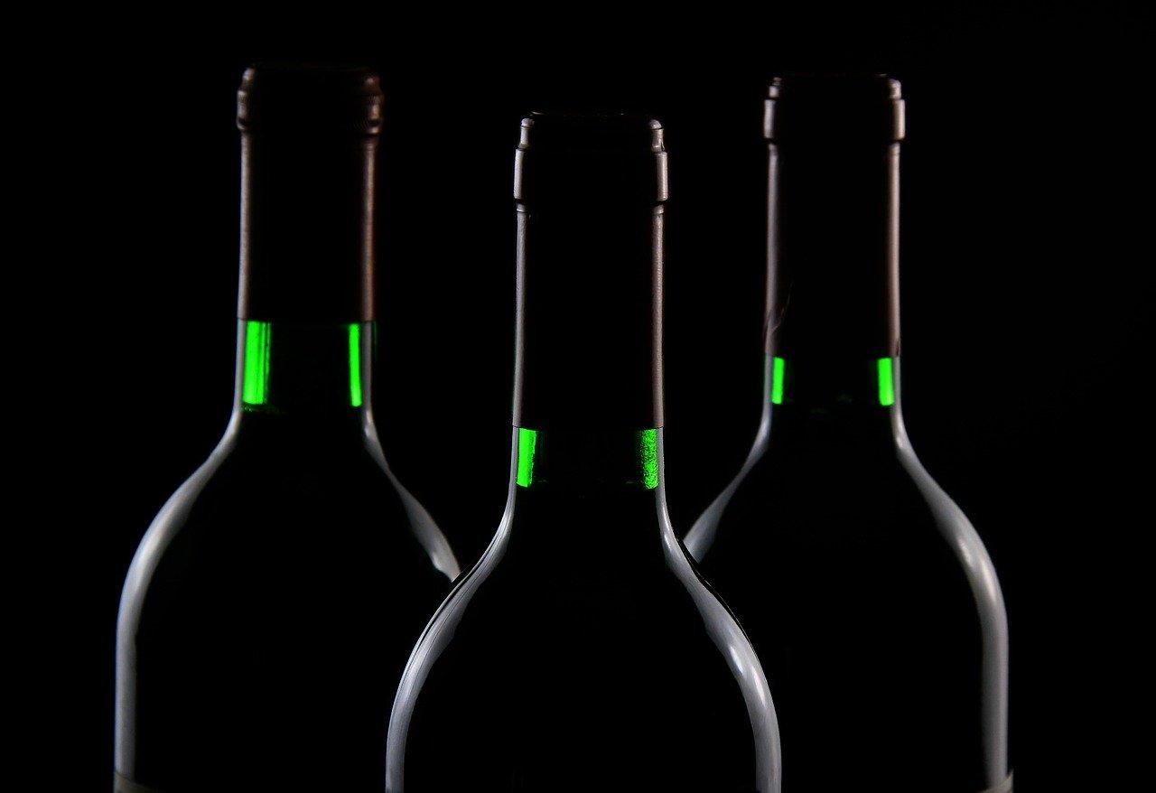 bottiglie di vino scure su fondo scuro
