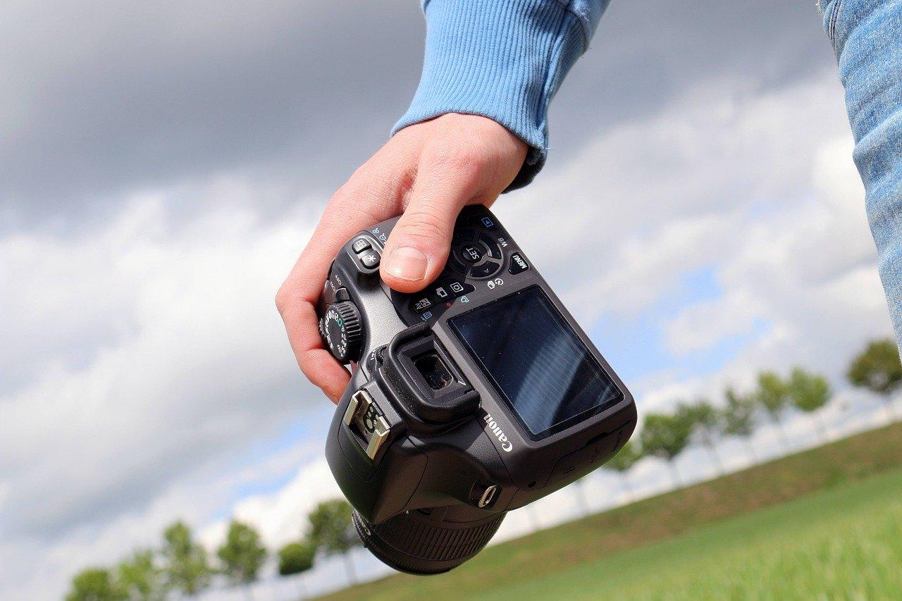 mano con macchina fotografica digitale