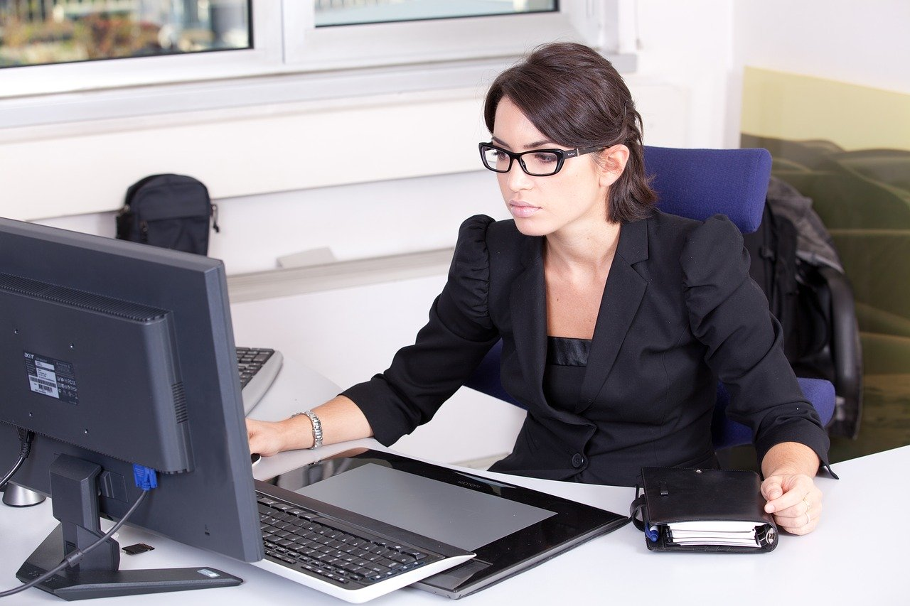 segretaria alla scrivania davanti a computer