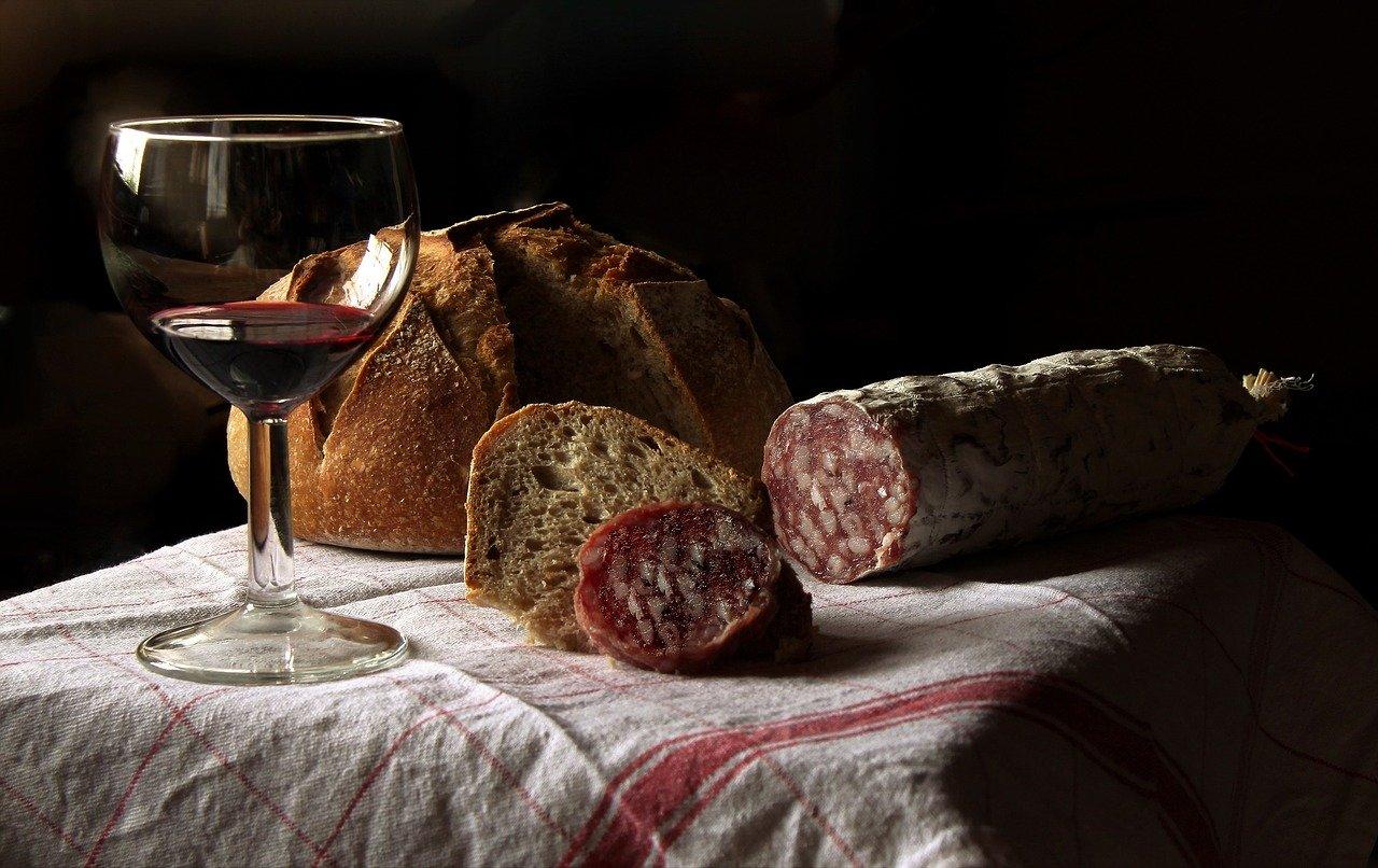 vino rosso, pane e salame