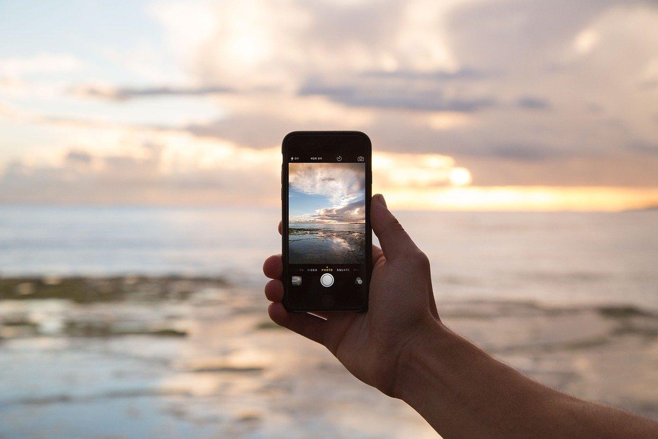 smartphone che riprende paesaggio di mare