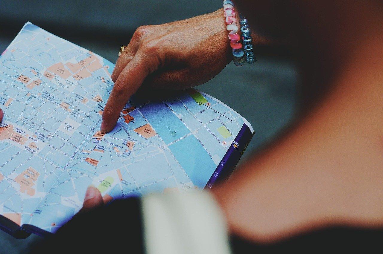 dito che indica punto su mappa