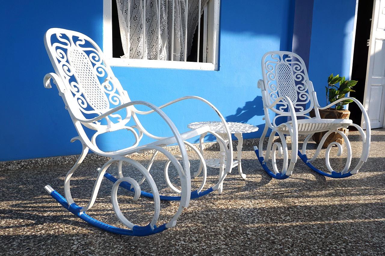 sedie a dondolo bianche e blu su veranda azzurra