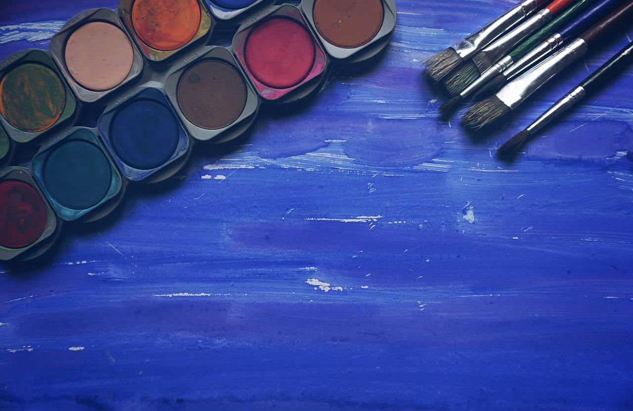 acquerelli su sfondo blu mare