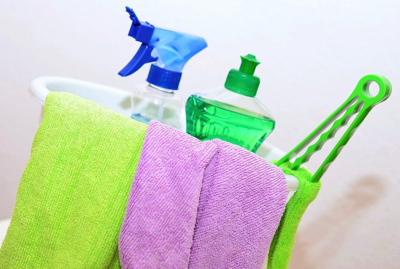 stracci, carrello e detergenti per pulizie