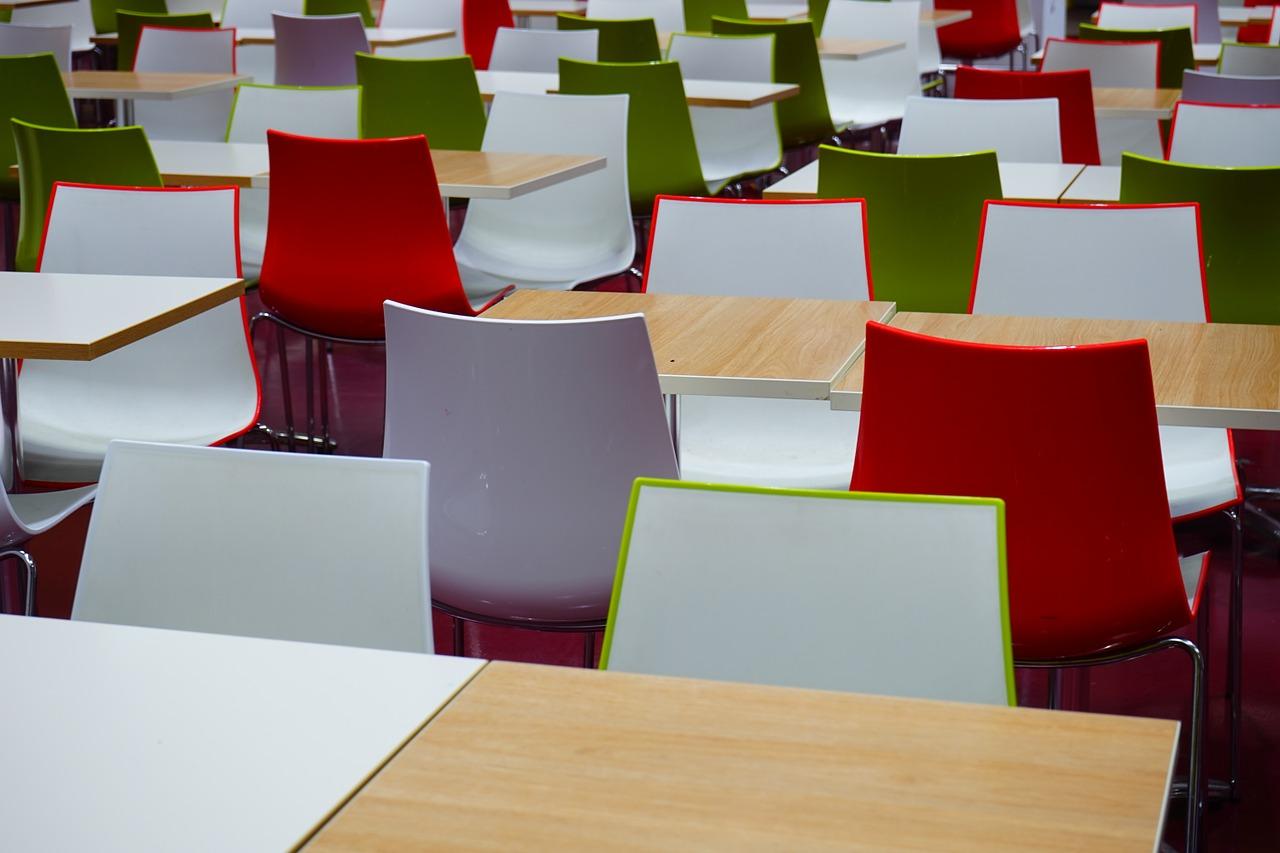 tavoli e sedie colorate in una mensa