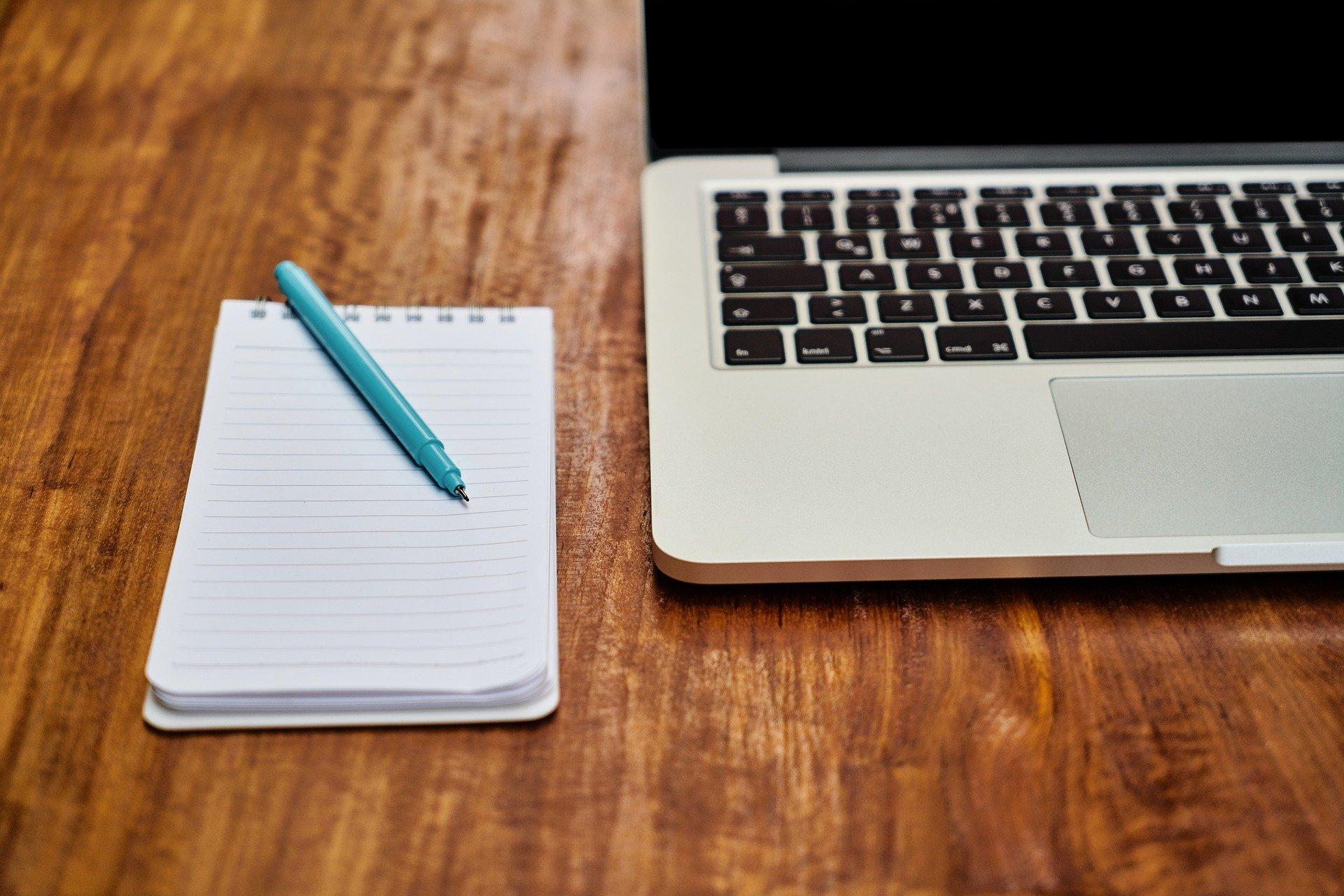 laptop, block notes e penna
