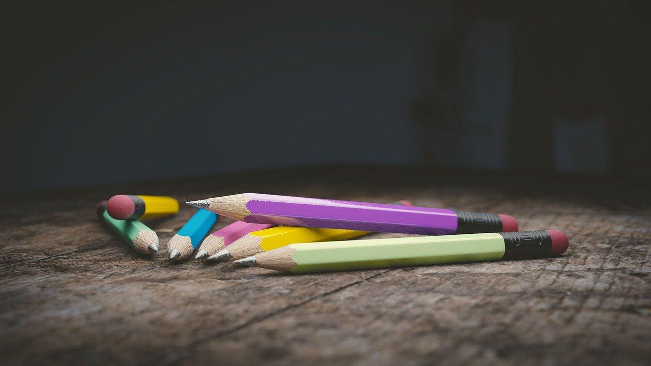 matite su tavolo di legno