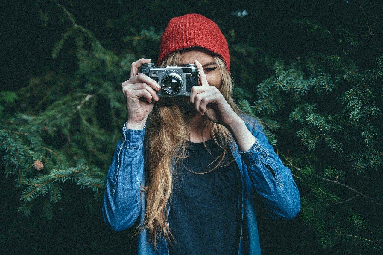 ragazza che fotografa