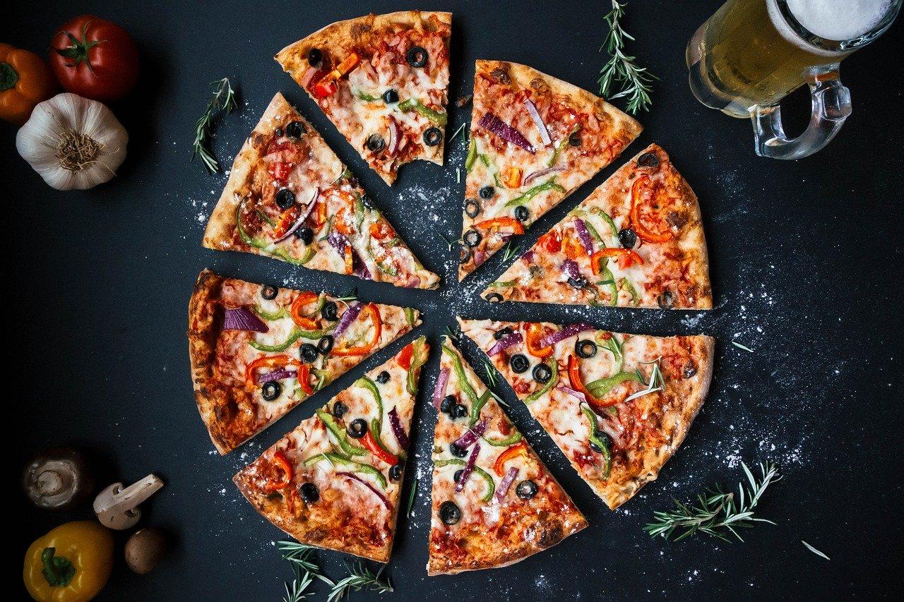 pizza a fette su sfondo nero