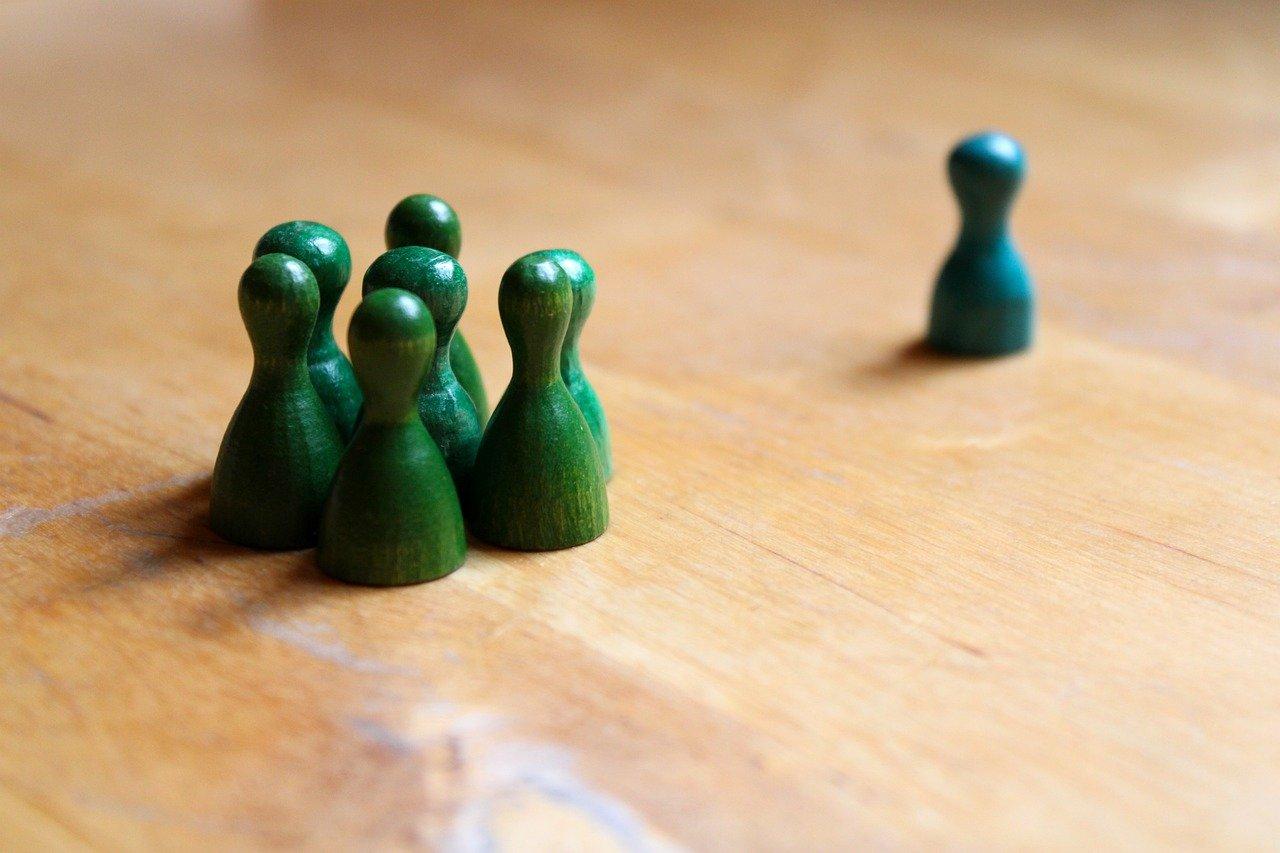 pedine verdi in gruppo con una pedina distanziata
