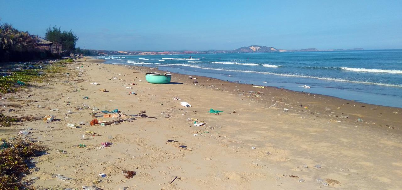 spiaggia con detriti di plastica