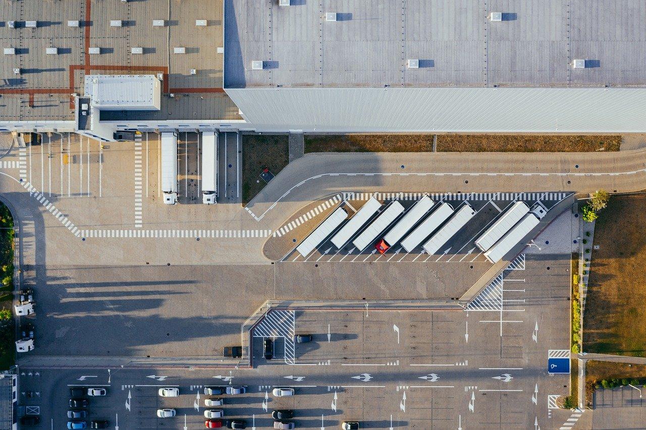 magazzino e parcheggio visti dall'alto
