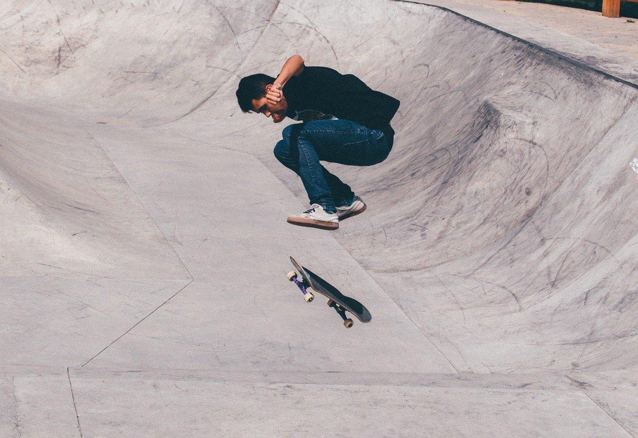 ragazzo su skateboard