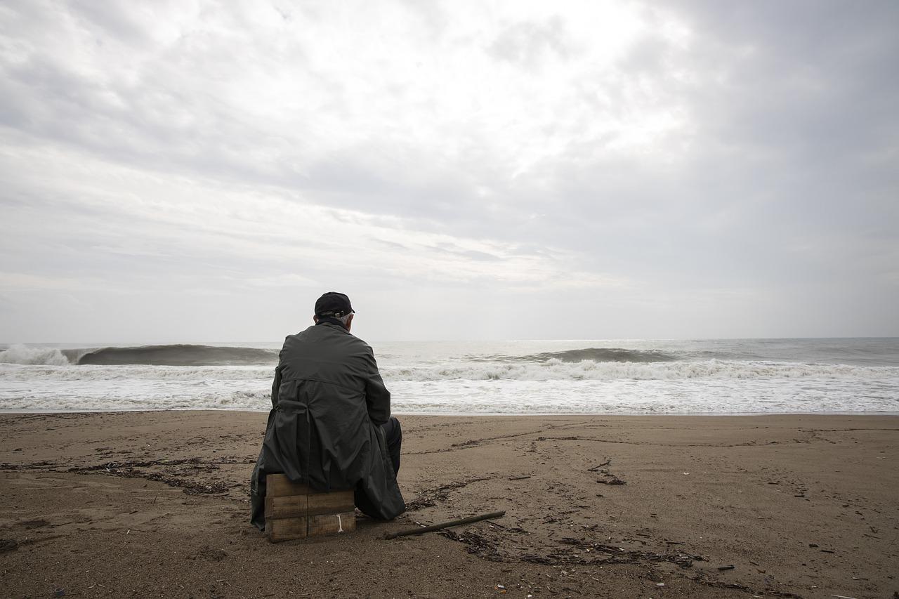 persona sola sulla spiaggia