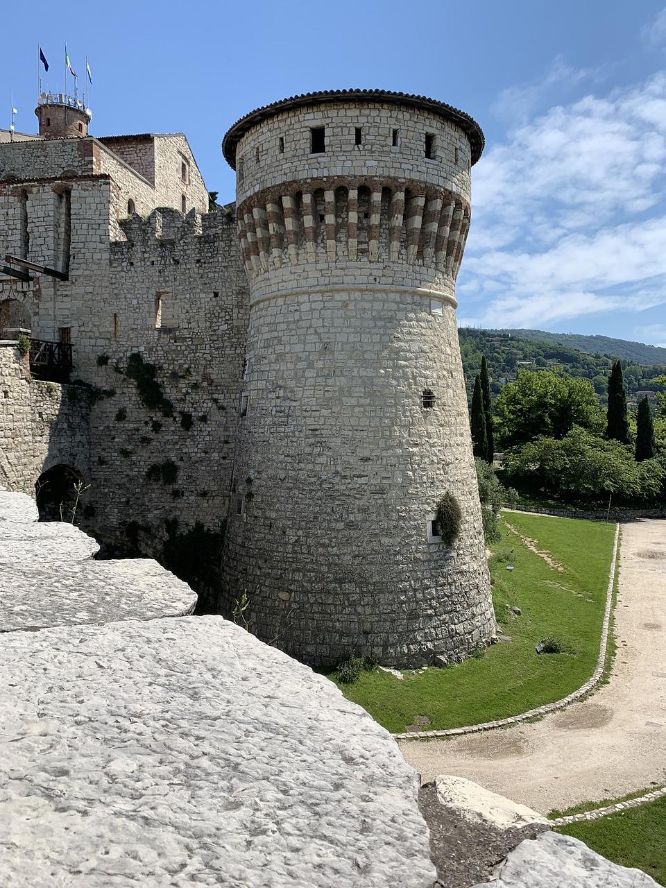 veduta di una torre del castello di Brescia