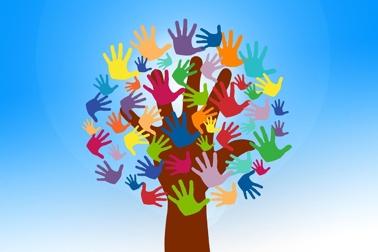 grafica che rappresenta un albero con tante mani colorate al posto delle foglie