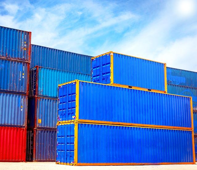 container colorati blu impilati
