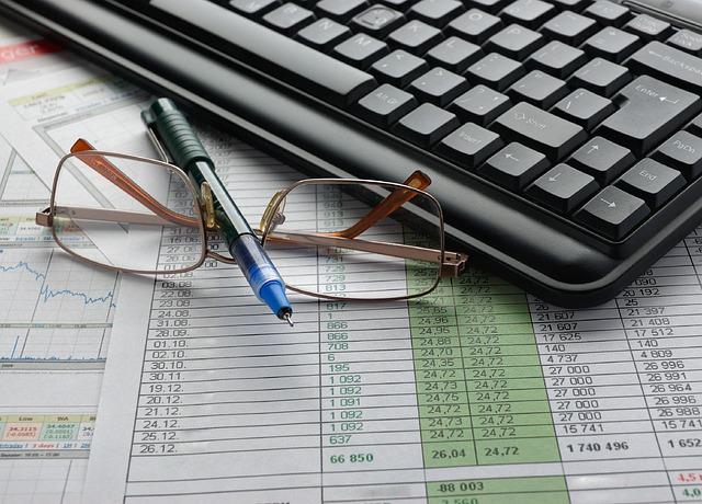 tastiera, occhiali, libri contabili