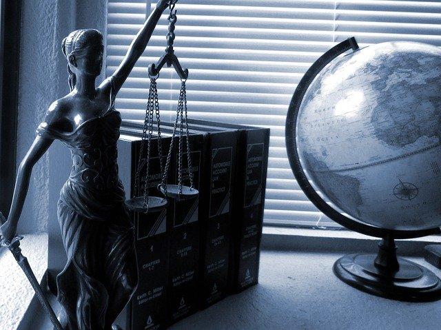 simboli della giustizia: statua, bilancia, mappamondo