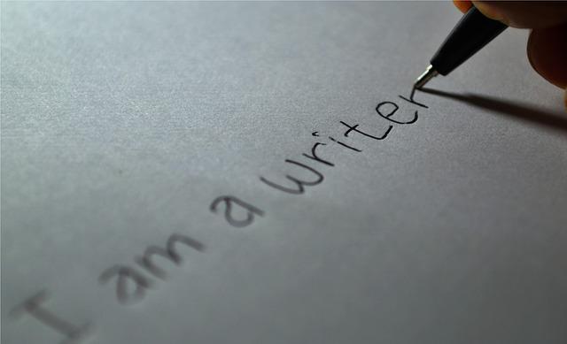 foglio bianco con scritta i am a writer