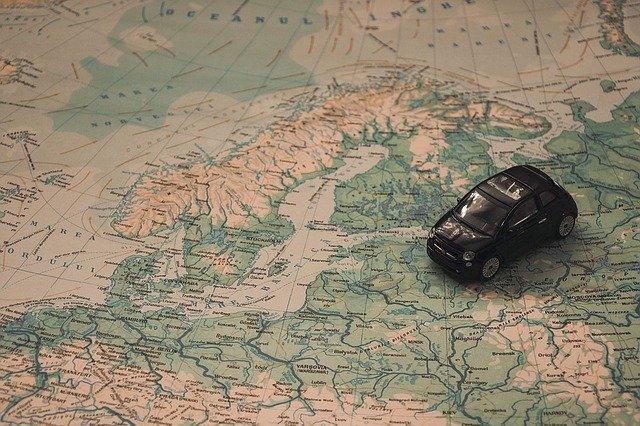 cartina dell'europa e modellino di automobilina