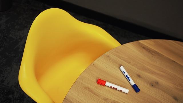 sedia gialla, tavolo, pennarelli