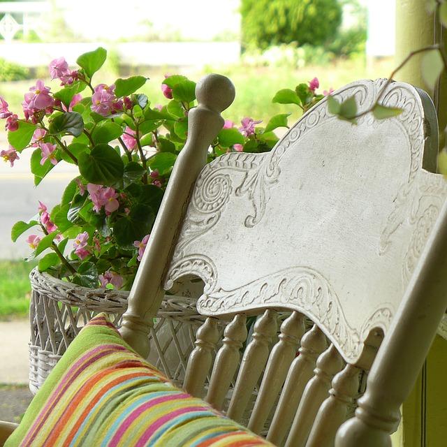 dettaglio di sedia a dondolo sotto un portico
