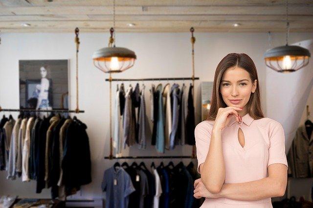 giovane imprenditrice nel suo negozio di abbigliamento