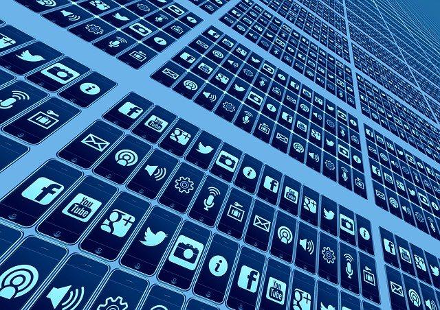 grafica con tastiera con icone social