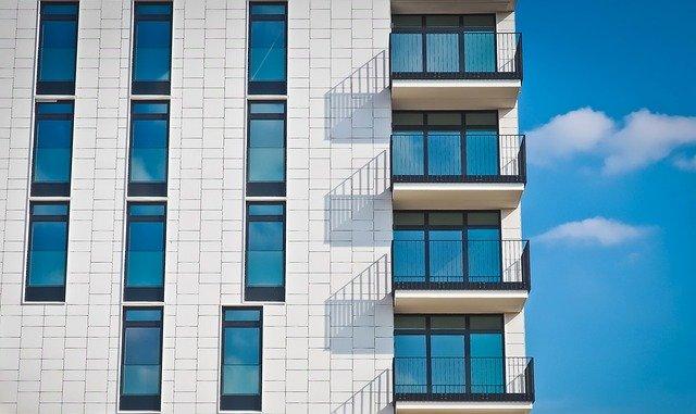 facciata di immobile con tante finestre